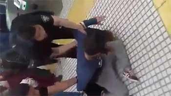 Mariana siendo reprimida por la policía en Constitución